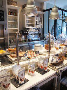 Leckeres Frühstück und schönes Interior Design: th2 - so ein café gibt es nur in hamburg. Schnapp dir deinen Roller von minimoto. und starte gut in den Tag. Visit: www.minimoto.me