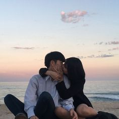 Find images and videos about couple, aesthetic and beach on We Heart It - the app to get lost in what you love. Sweet Couple, Love Couple, Couple Goals, Cute Relationship Goals, Cute Relationships, Cute Couples Goals, Couples In Love, Parejas Goals Tumblr, Couple Aesthetic