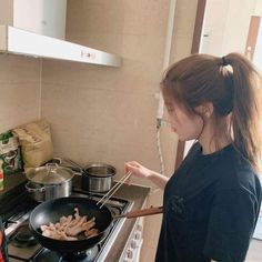 When you wake up and see your wife cooking. Korean Girl Photo, Cute Korean Girl, Korean Girl Groups, Asian Girl, Asian Short Hair, Cooking Photos, Girl Cooking, Secret Song, Instagram Pose