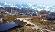 Centro de Visitantes para el fiordo de Ilulissat (Groenlandia). Dorte Mandrup Arkitekter ganó el concurso para el Centro de Visitantes de Ilulissat. Su cubierta es transitable desde el terreno, y se convierte en mirador. El edificio sirve para contemplar y explicar este fiordo helado, situado en la costa oeste de Groenlandia. La estructura de madera forma un voladizo, crea una fachada panorámica, y se integra muy bien en el paisaje.  #Arquitectura, #Vídeos