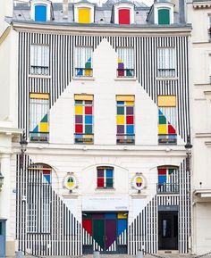on the façade of galerie aveline in paris, artist daniel buren has integrated a diamond-shaped installation that transfo. Daniel Buren, Art Alevel, Archi Design, Architecture Old, Love Design, French Artists, Color Theory, Art Pictures, Photos