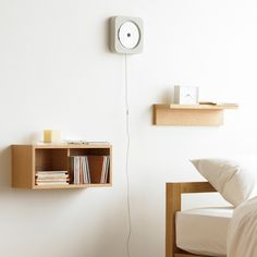 Muji's wall mounted CD player with radio and remote control in black or whit… Muji Wand-CD-Player mit Radio und Fernbedienung in Schwarz oder Weiß Room Interior, Interior And Exterior, Interior Design, Muji Cd Player, Ux Design, Muji Home, Muji Style, Do It Yourself Decoration, Houses