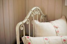 Love the Shabby Chic look White Cottage, Rose Cottage, Garden Cottage, Cottage Style, Quiet Storm, Pink Day, Vintage Romance, Linens And Lace, Vintage Girls