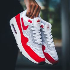 A sleek re-designed upper drastically reduces the weight of the Air Max 1.
