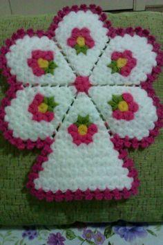 This Pin was discovered by azi Crochet Potholder Patterns, Crochet Motif, Crochet Designs, Crochet Doilies, Crochet Flowers, Knitting Patterns, Slip Stitch Crochet, Love Crochet, Irish Crochet