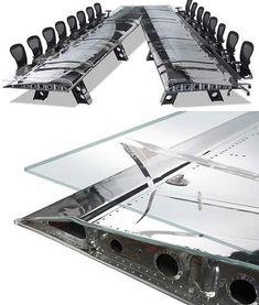 ロッキード社製の戦術輸送機C-130 ハーキュリーズの翼で作られた会議用テーブル。  このテーブルで会議をすれば士気が高まること間違いナシ!