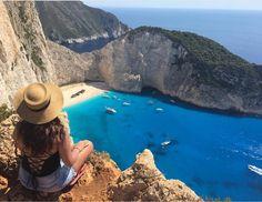 """Navagio Beach (Praia do Naufrágio) é uma das praias mais lindas do mundo.  Está localizada em Zakynthos na Grécia. Tem esse nome porque foi lá que aconteceu o naufrágio do navio Panagiotis (em grego: Παναγιώτης) que estava sendo usado por contrabandistas e ao fugir da marinha grega durante uma tempestade naufragou por ali. Por esse motivo Navagio é também é conhecida por """"Smugglers Cove"""" ou Enseada do Contrabandista  A @giuliawegbrayt esteve lá e compartilhou essa belíssima foto com a gente…"""