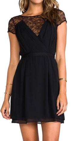 Petite robe noir: LA robe que vous devez toute avoir dans votre garde-robe les filles!  Le + de cette robe le côté chic et sophistiqué de la dentelle! indémodable!