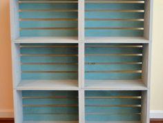 deuximème étape du tutoriel, repeindre les cagettes, peinture bleue pour le fond et peinture grise pour les côtés, idée comment fabriquer une etagere cagette