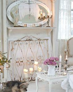 une petite table blanche et un bouquet de roses dans le salon shabby chic