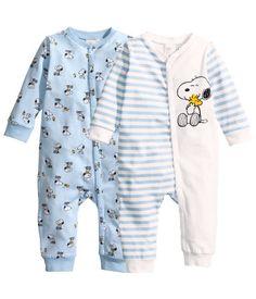 yöpukuja (hm koko 86 / ei tartte olla just tää muutkin käy. Baby Outfits, Toddler Outfits, Kids Outfits, Disney Baby Clothes, Cute Baby Clothes, Baby Disney, Baby Boy Fashion, Kids Fashion, Baby Snoopy