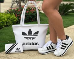 Style and block footwear apparel, search our number of chic streetwear trainers and tennis trainers. White Sneakers Outfit, Sneakers Fashion Outfits, Fashion Shoes, Basket Style, Adidas Sneakers, Shoes Sneakers, Tenis Casual, Sport Outfits, Me Too Shoes