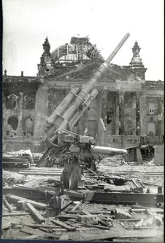 Berlin, am Reichstagsgebäude 1945 World History, World War Ii, Germany Ww2, War Photography, German Army, War Machine, Military History, Historical Photos, Old Photos