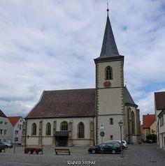 Der Grüne Mann in der Pfarrkirche Sankt Kilian - Haßfurt.  Da war er wieder schon vor dem Betreten der Sankt Kilianskirche in Haßfurt grinste er uns an der Grüne Mann. Gleich über dem Eingangsportal prankt er und im Inneren des Sakralbaus aus dem 14. Jahrhundert sind noch weitere Blattmasken zu finden.  Mittlerweile ist es für uns schon fast zu einem Ritual geworden alte Kirchen nach dem Grünen Mann abzusuchen es ist nicht mehr wegzudenken genauso wie Sucherei nach den geheimnisvollen…