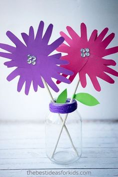 Over Easy Craft Ideas for Kids - the ultimate list and guide to kids crafts. Easy crafts for kids that any age can do. Get inspired with so many easy and fun ideas to do with kids! Hand Crafts For Kids, Mothers Day Crafts, Toddler Crafts, Preschool Crafts, Children Crafts, Hobbies And Crafts, Crafts To Sell, Easy Crafts, Arts And Crafts