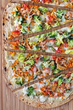 This Veggie Lover& Flatbread pizza has three cheeses, a crispy crust and fresh veggies for under 300 calories and just 8 Weight Watchers SmartPoints! Healthy Recipes, Skinny Recipes, Low Calorie Recipes, Ww Recipes, Cooking Recipes, Under 300 Calorie Meals, Pizza Recipes, Vegetarian Recipes Under 300 Calories, Skinny Meals