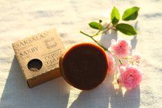 Hellävarainen ja hoitava Tervasaippua 100% luonnontuote Saksalan Saippuat valmistetaan käsityönä puhtaista luonnontuotteista ilman keinotekoisia lisäaineita. Ei sisällä eläirasvoja, hajusteita eikä väriaineita. Tervasaippua puhdistaa ihon hellävaraisesti ja soveltuu erinomaisesti herkälle ja ongelmaiselle iholle. http://www.salonsydan.fi/tuote/hellavarainen-ja-hoitava-tervasaippua-100-luonnontuote/