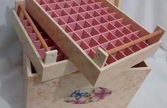 Caixa com divisões para 140 esmaltes, mais espaço interno para acetonas, algodão, lixas.  Faço também em outras cores e estampas - consulte disponibilidade.  Medidas 25,5x36,5x26,5cm.