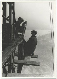 Lewis Hine captured weird Empire State Building photos under construction in Have a look at these 20 famous empire state building workers photos. Empire State Building, Old Pictures, Old Photos, Vintage Photos, Construction Worker, Under Construction, World Trade Center, Wisconsin, New York Landmarks