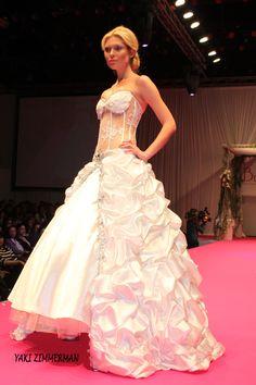 כלה Bridal Show, Bridal Style, Made In Heaven, Bridal Fashion, Ball Gowns, Fashion Show, Formal Dresses, Ballroom Gowns, Dresses For Formal