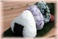 Ah!Les onigiri! Pour ceux qui ne connaitraient pas, il s'agit de boule de riz qui peuvent être fourrées ou non. C'est une recette japonaise très facile à faire et en plus c'est bon! En plus c'est facile à transporter et ça cale bien l'estomac! Allez on...