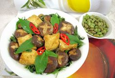 The Modern VEGETARIAN - Recipes: Stir-Fried Tofu and Mushroom with Basil