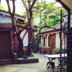 材木町の「光原社」は、雑貨店や喫茶室、ミニ展示室などが集まるお店。宮沢賢治の『注文の多い料理店』出版の地としても有名です。