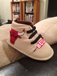 Loley pops creations  Chicago Bulls baby boy by LoleyPopsCreations, $16.00-  I'm going to try this style next!
