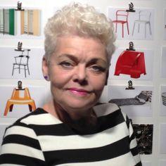 Porträtbild der IKEA PS 2014 Designerin Anna Efverlund mit einer Tafel im Hintergrund