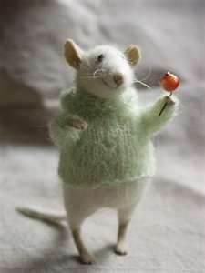 I love this tiny needlefelted mouse.