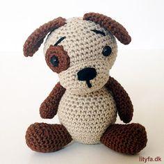 Gratis opskrift på en kær lille hæklet hund. Hunden bliver ca. 10,5 cm høj, når man hækler den i det tynde bomuld fra Mayflower og bruger en hæklenål str. 2,5.