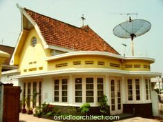Rumah Jadul tapi menawan :) / interesting old houses Asian Architecture, Colonial Architecture, Dream House Plans, My Dream Home, Style At Home, Indonesian House, Dutch Colonial Homes, Dutch East Indies, Tropical Houses