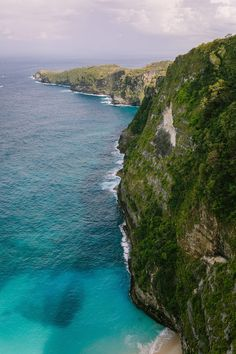 View from Cliff | Photography: Brian Leahy Photography. Read More: https://www.insideweddings.com/news/travel-honeymoon/say-i-do-and-honeymoon-at-one-of-balis-most-luxurious-resorts/3222/