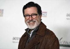 Oslávencovi Stephen Colbert predstavuje u Oscar Wilde Awards na režiséra JJ Abramsa Bad Robot produkčná spoločnosť v Santa Monike v Kalifornii 19. februára & nbsp; 2015.  & Nbsp; REUTERS / Kevork Djansezian & nbsp; (Spojené štáty americké - Tagy: zábava) - RTR4QCEY