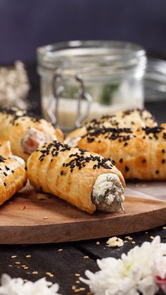 Flaky roll with salmon- Rouleau feuilleté au saumon Simple and quick to do, impress your friends with this … - Tasty Videos, Food Videos, Best Appetizers, Appetizer Recipes, Snacks Für Party, Appetisers, Dinner Rolls, Finger Foods, Love Food