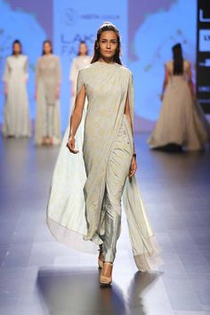 Don't go for the cliched saree styles this season - These latest saree trends are just what you need to slay and revamp your style. Lakme Fashion Week, India Fashion, Ethnic Fashion, Asian Fashion, Pakistani Bridal Wear, Pakistani Dresses, Indian Dresses, Indian Outfits, Neeta Lulla