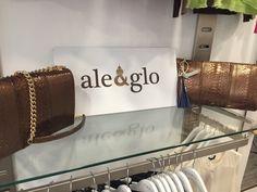 Mínimo rodeado de firmas de lujo en www.minimofashionshowroom.com, tu outlet de moda en Madrid.