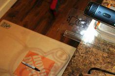 5. O para mayor facilidad se pone en la orilla de la mesa y debajo ponemos el lugar donde lo queremos marcar. Wood, Homemade Projector, Drawings