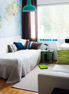 Amos-pojan huone on alakerrassa. Sängyn lisäksi huoneessa on avattava sohva, johon yökyläläiset mahtuvat nukkumaan. Yöpöydän virkaa toimittaa Pentikistä ostettu jakkara. Suuri maailmankartta on Ikeasta.