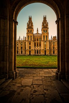England Travel Inspiration - Christ Church, Oxford, England - find our store at 19 Queen Street, Oxford, Oxfordshire. Oxford England, London England, Beautiful Buildings, Beautiful Places, England And Scotland, English Countryside, Place Of Worship, Kirchen, British Isles