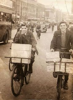 Struggled with these bikes. Messenger Boy bikes, a common sight around Dublin back in the day. Old Pictures, Old Photos, Dorset Street, Photo Engraving, Ireland Homes, Dublin City, Irish Celtic, Irish Eyes, Irish Dance