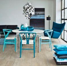 海を思わせる、爽やかな雰囲気いっぱいの空間。遊び心いっぱいのブルーのYチェアで、お部屋にインパクトを!