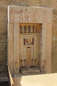 La puerta falsa de Shendwa , sexta dinastía jefe de los escribas reales y supervisor de las misiones entre otros títulos , padre deKhonsu , enterrado cerca de él. Reinado de Neferkare-Pepi II.
