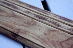 アンティーク風の家具を作りたい!白木の家具をヴィンテージっぽくしたい!そんな時に使える、エイジングテクニックです。使うのは、重曹と酢と水のみらしいんです!重曹と水を混ぜたものを...
