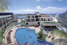 Hotel Geranios Suites & Spa, situado en #Fuerteventura (#LasPalmas)  es un oasis de #tranquilidad. Con acceso directo a Caleta de Fuste y en primera línea de mar ofrece a los clientes #Wonderbox dos noches en habitación junior suite con desayuno buffet ¡Aprovecha este #WonderPlan y conoce las #islas! #RealizamosTusSueños