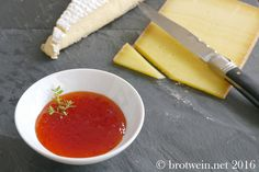 Die Paprikamarmelade ist einfach genial zu kräftigen Käsesorten. Als pikante Marmelade perfekt zu Parmesankäse, Brie de Meaux, Camembert, Comte & Co.