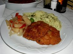 Všechny ingredience se smíchají, uplácají se placky, obalí se pouze ve strouhance a smaží jako řízky. Grains, Rice, Meat, Chicken, Food, Cook, Recipes, Essen, Meals