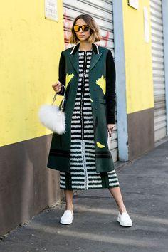 Must-See Street Style From Milan Fashion Week Fall 2015 - vestido listrado em preto e branco, sobretudo verde com estampas, óculos espelhados, candela novembre, street style, sneakers, bolsa felpuda