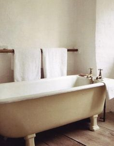 Bath: Wood Towel Bar : Remodelista, Spotted on Myles Henry: a wooden dowel used as a long towel bar, an easy idea to copy. Diy Hanging Shelves, Wall Shelves, Color Style, Bathtub Remodel, Bathroom Towels, Lake Bathroom, Zen Bathroom, Bathroom Modern, Downstairs Bathroom