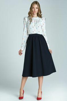 jupe forme trapèze en noir fluide avec blouse blanche à éléments colorés